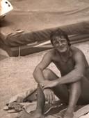 Leo van der Velde op het strand.