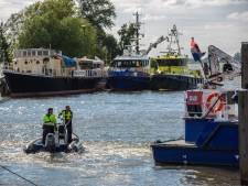 Man ernstig gewond als hij van schip valt in haven Moerdijk