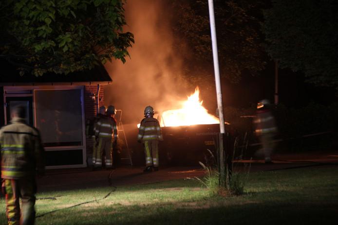 De brandweer is maandag avond laat uitgerukt voor een autobrand aan de Holterweg - N344 tussen Dijkerhoek en Bathmen.