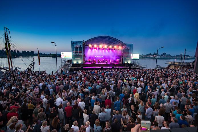Optreden van The Common Linnets met meer dan 7000 mensen op het van Heutszplein