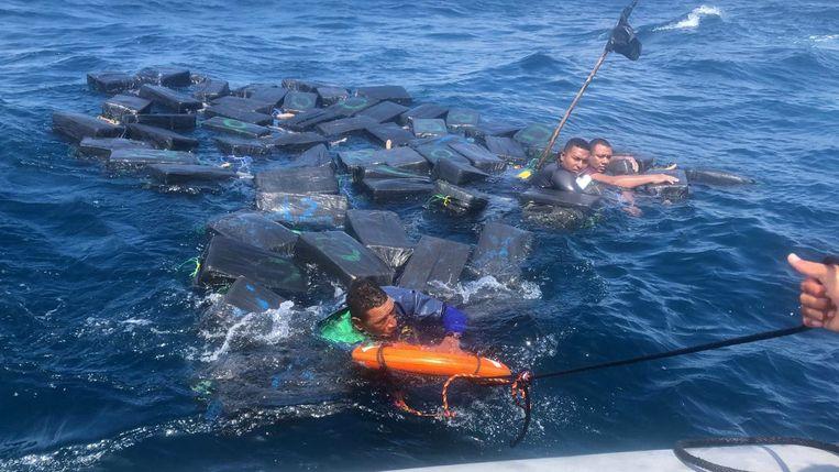 Drie drenkelingen dobberden zeven uur lang op zee door zich vast te klampen aan balen cocaïne.