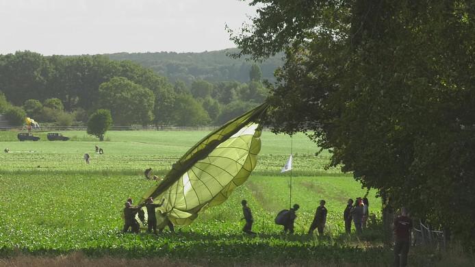 Een paracchute in de boom na de sprong boven Groesbeek.