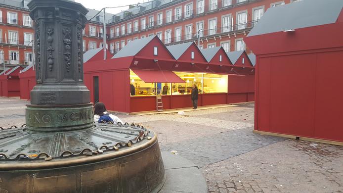Kersthutjes op het Plaza Mayor in Madrid, waar enige maanden geleden het 'muntjesgooi-incident' plaatsvond.