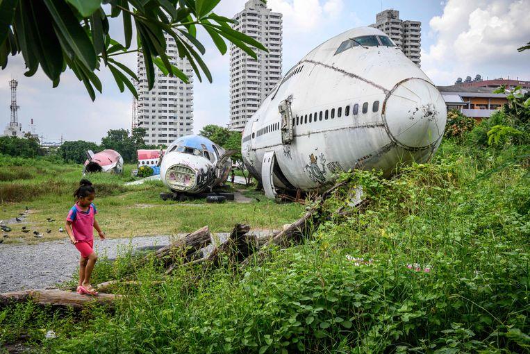 Het wordt het 'vliegtuigenkerkhof' genoemd, deze plek niet ver van het centrum van de Thaise hoofdstad Bangkok waar afgekeurde vliegtuigen gedumpt worden. Bij toeristen wordt het al aangeprezen als een 'freaky plek' voor wie eens iets anders wil zien dan tem-pels en paleizen.  Beeld AFP