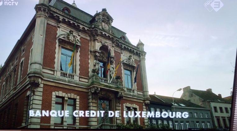 Het gemeentehuis van Wetteren als louche Luxemburgse bank, met Belgische driekleur en Vlaamse Leeuw.