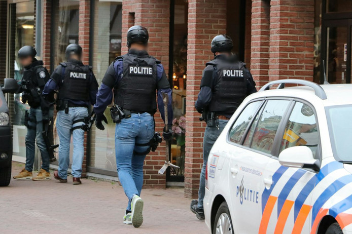 Een arrestatieteam valt binnen tijdens de politieactie in Enschede van afgelopen dinsdag.