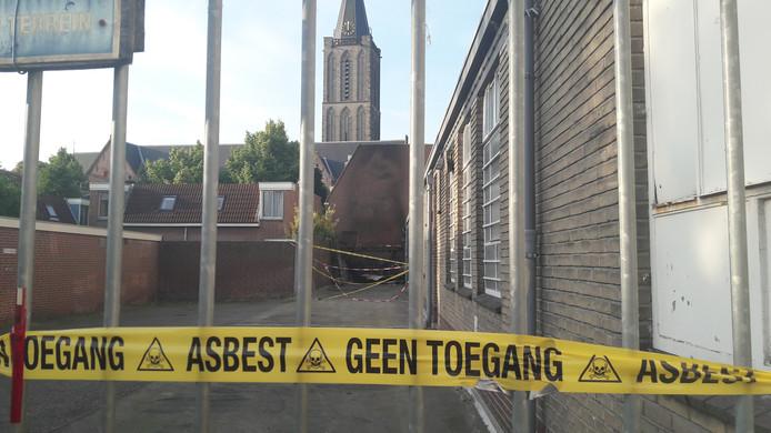 De achterkant van de Kunstuitleen aan de St. Jacobsstraat wordt bewaakt door een beveiligingsbedrijf en is afgezet met linten in verband met asbestgevaar.
