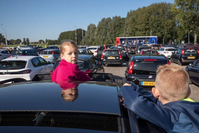 Veel belangstelling voor de drive-in dienst van de Hoeksteen in IJsselmuiden. Gewoon, op een parkeerplaats bij een manege. Helemaal coronaproof.
