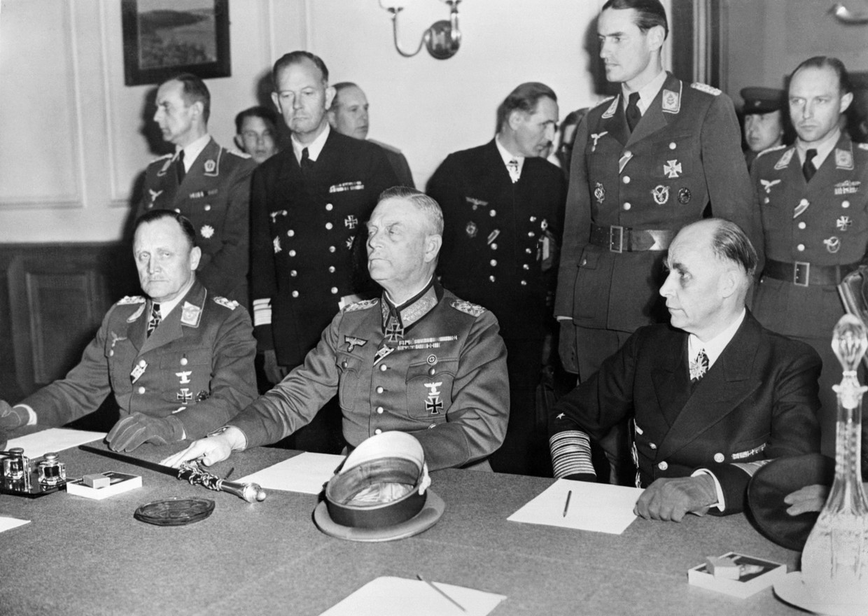 In de nacht van 8 op 9 mei 1945 de overgave getekend door generaal Hans-Jürgen Stumpff (links), veldmaarschalk Wilhelm Keitel (midden), en admiraal Hans Georg von Friedeburg (rechts).  Beeld AFP