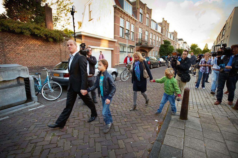 Toenmalig lijsttrekker Diederik Samsom van de PvdA stemt in 2012 in Leiden met zijn vrouw en kinderen.