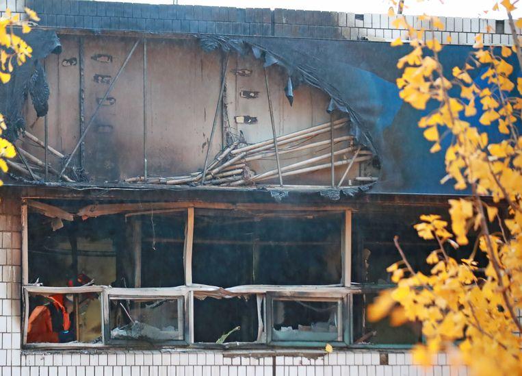 Een brandweerman inspecteert de smeulende resten na de hotelbrand in Seoul.