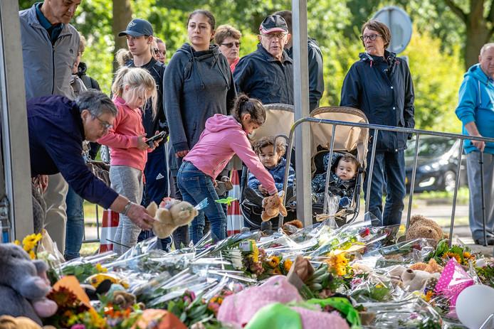 Mensen leggen bloemen en knuffels neer bij de spoorwegovergang in Oss waar vier kinderen om het leven kwamen.