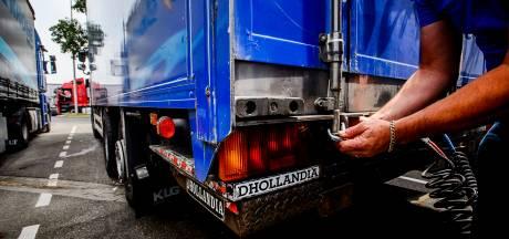 Trucker krijgt 's nachts bezoek van vier mannen bij zijn truck in Lelystad; douane vindt sporen van drugs
