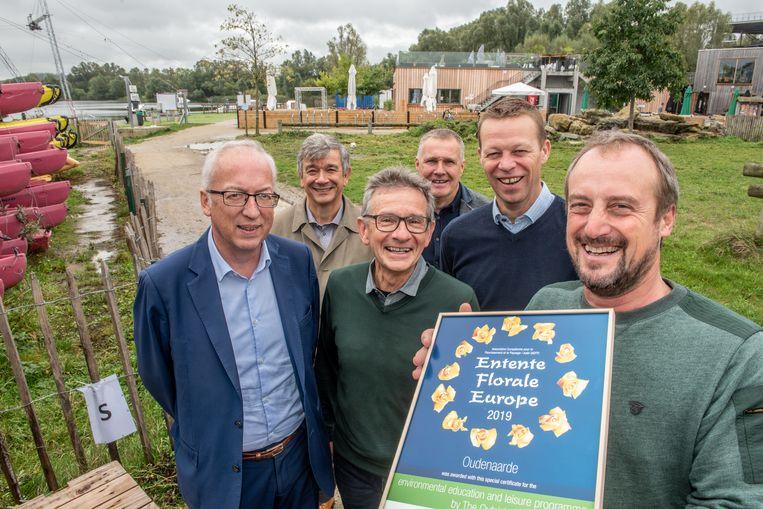 Hendrik Vandemarliere (rechts) reageerde blij verrast toen een delegatie van het stadsbestuur en de jury van Entente Florale Europe hem de oorkonde brachten.