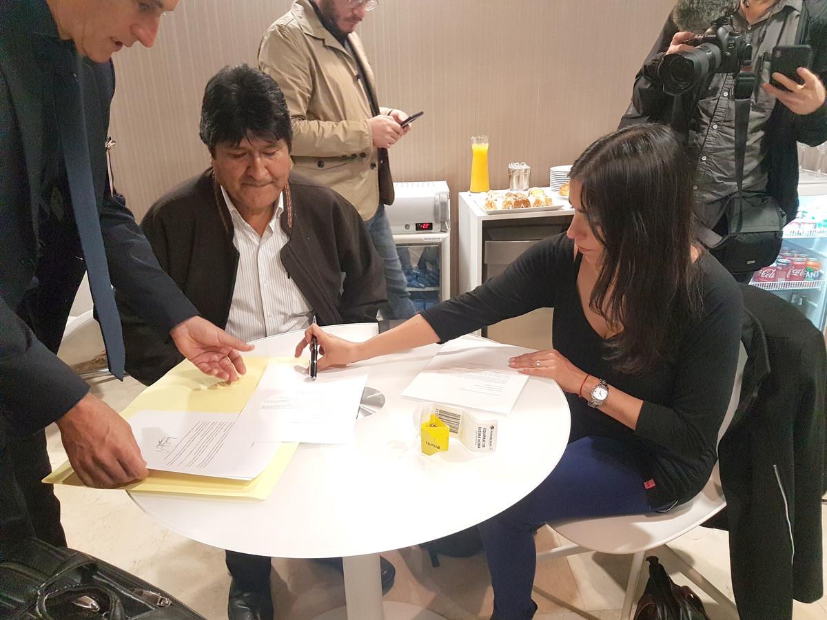 Morales tijdens het ondertekenen van de documenten waarmee hij de vluchtelingenstatus in Argentinië aanvraagt.