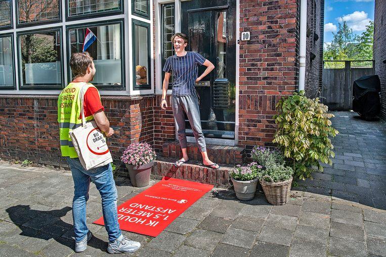 Geld ophalen langs de deur wordt nu ook lastig.  Beeld Guus Dubbelman / de Volkskrant