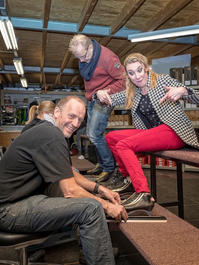 43713529279 Rick van der Hoorn maakt de schaatsschoenen van Christine Bosch gereed.