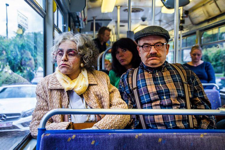 """Nora en Bart trekken vanavond als bejaarden de tram op. """"Zelfs mijn tante herkende me niet"""", vertelt Nora."""