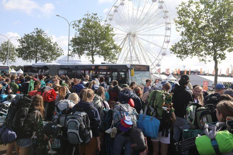 Shuttlebussen rijden af en aan richting Hasselt-station.