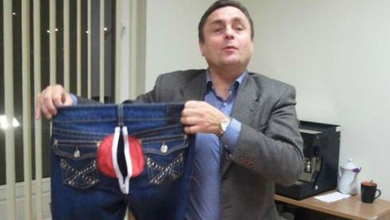 Petras Gra¿ulis, Litouws parlementariër, laat de spijkerbroek zien die hij heeft laten maken. Beeld Presseurop