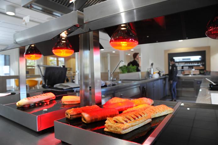 Warme broodjes in de kantine van het HZ-gebouw in Middelburg.