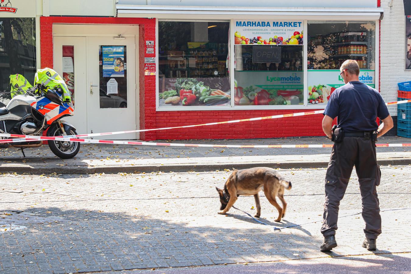 Een forensisch team onderzoekt het gat in de ruit van een supermarkt in Emmeloord.