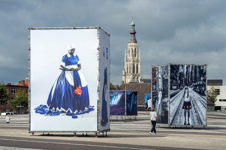 BredaPhoto 2020, met links fotografie van de Zuid-Afrikaanse Mary Sibande.  Beeld Ron Magielse