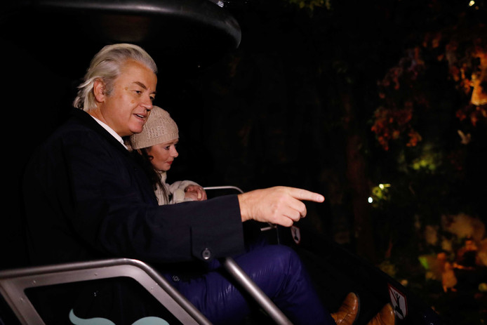 PVV-leider Geert Wilders maakt samen met tien van zijn trouwste fans een ritje in de Droomvlucht, een attractie in de Efteling in Kaatsheuvel. ,,Het is gewoon een hele mooie wereld met elfen en trollen en noem maar op'', aldus Wilders. Foto Bas Czerwinski