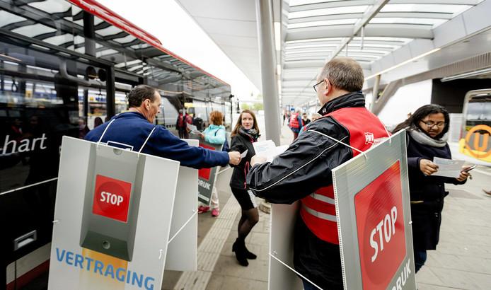 Door een landelijke staking ligt het openbaar vervoer stil.