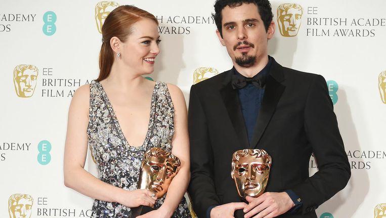 Actrice Emma Stone en regisseur Damien Chazelle met hun Bafta's voor La La Land. Beeld getty