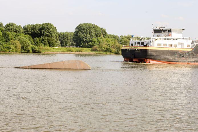 Twee vaartuigen zijn op de Dordtse Kil in aanvaring gekomen.