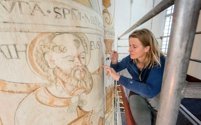 De muurschilderingen van Ewold van Delft uit 1561 en 1562 laten hier en daar los en zijn toe aan herstelwerkzaamheden.