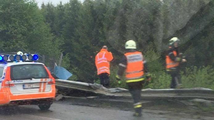 Een militair voertuig is vanochtend in België van een spoorbrug afgereden en op het spoor terechtgekomen.