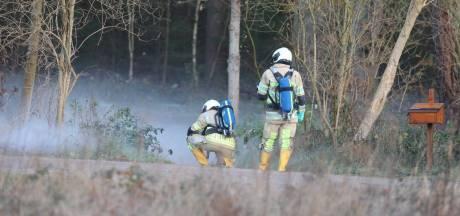 Baarnse wijkagent ziet rook in bos en vindt lekkende vaten, maar wat is het?