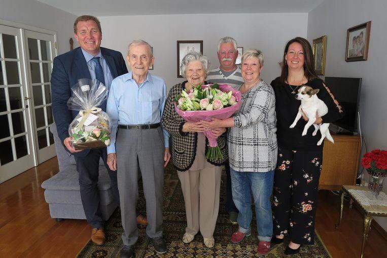 Jan en Wis samen met dochter Mia, schoonzoon Hugo, kleindochter Wendy en burgemeester De Veuster.