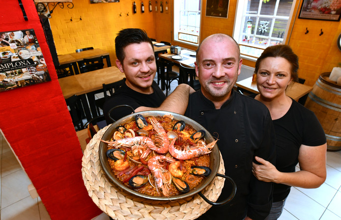 Vlnr: Michel , meesterkok Alberto en Monique hebben de beste paella van Nederland