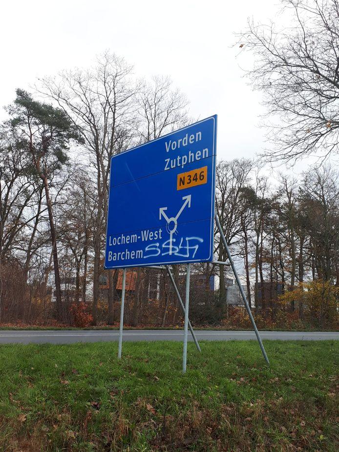 Een groot verkeersbord in Lochem is dit weekend beklad met antisemitische teksten.