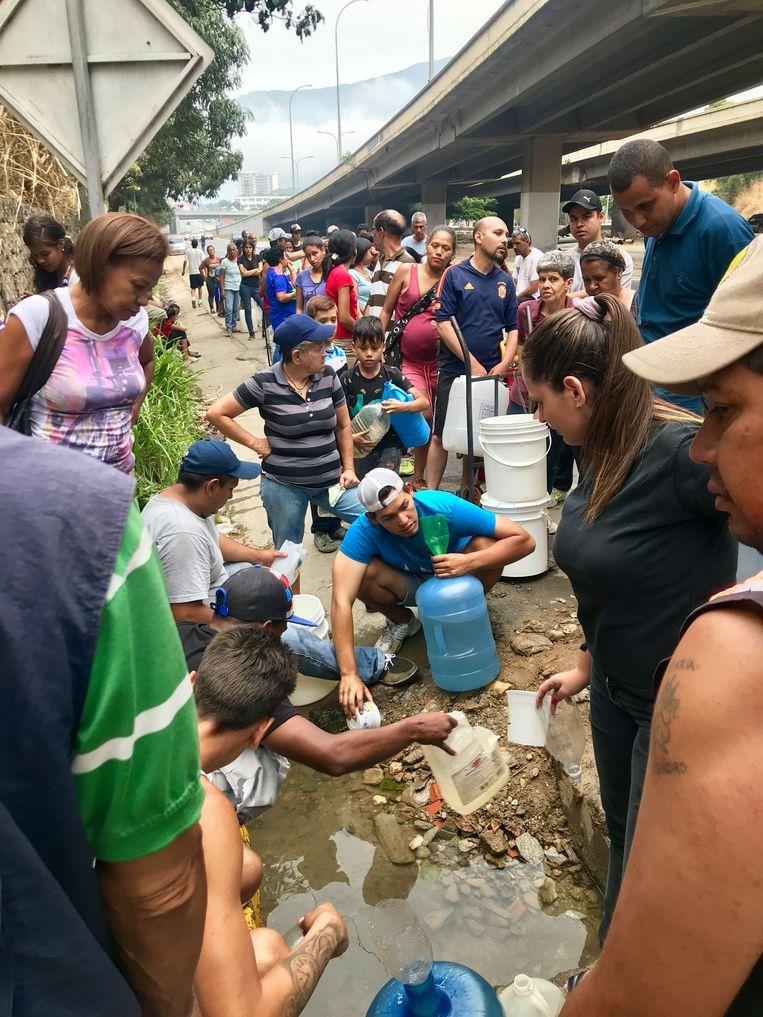 Water halen in Venezuela. Beeld Marjolein van de Water