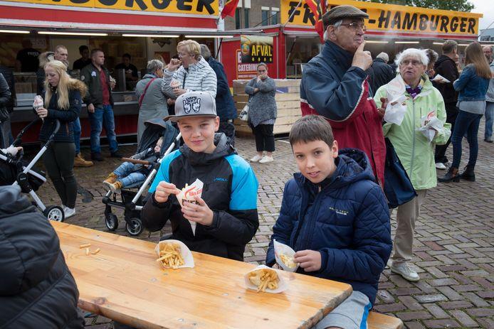 Gratis friet op de Deel, dat moet je doen als je een echte pieperfestival bezoekers bent. Zo ook Nathan en Jordy met vier zakken patat.