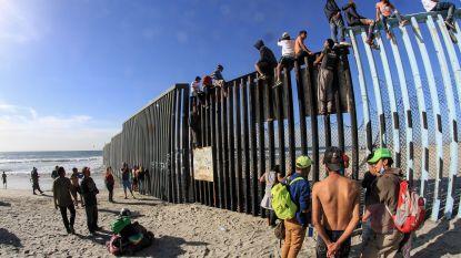 """""""Eén stap verwijderd van nieuw leven"""": eerste honderden migranten uit de karavaan bereiken grens met VS"""