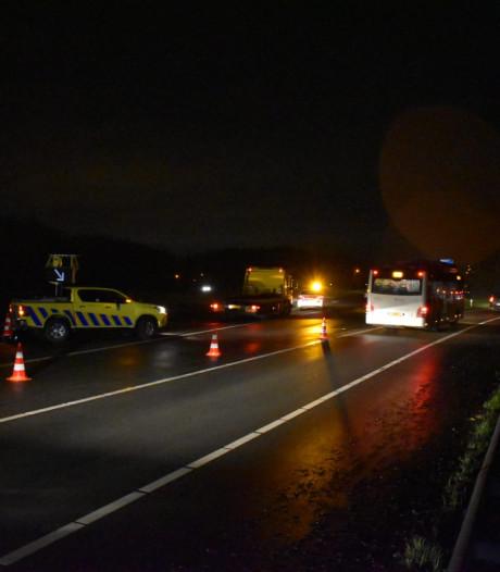 A15 bij knooppunt Ressen weer open na urenlange afsluiting door ongeluk: auto over de kop