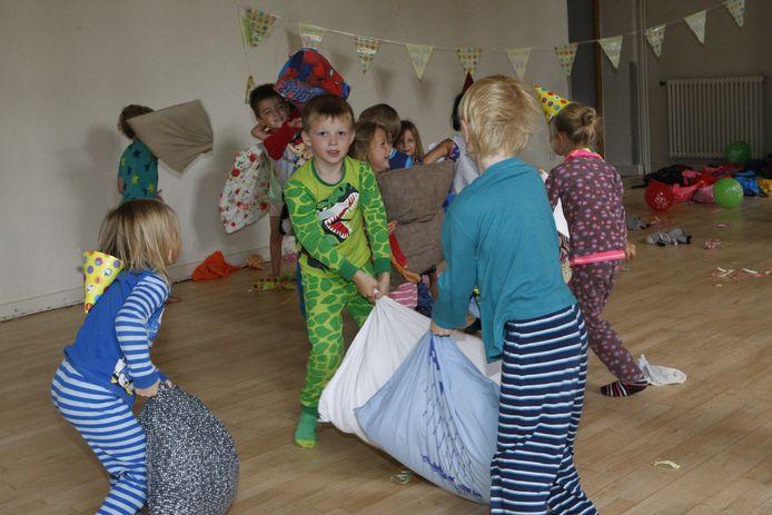 De kinderen amuseerden zich tijdens een stevig kussengevecht.