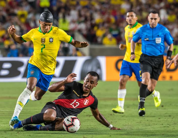 David Neres in duel met Renato Tapia