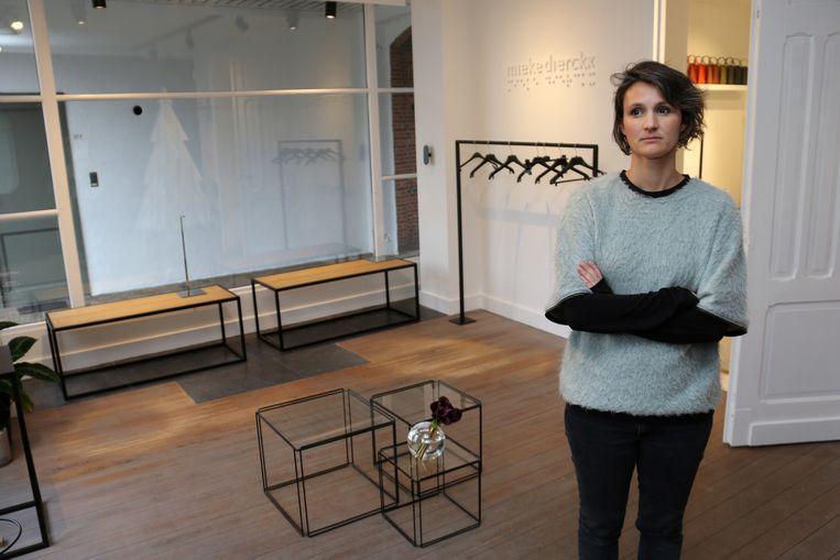 Mieke Dierckx in haar volledig leeggeroofde winkel.
