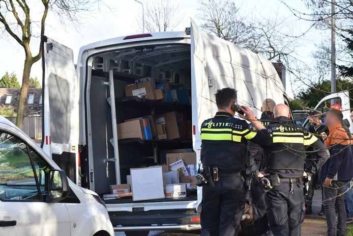 In de Nijmeegse wijk Zwanenveld is een gestolen busje van een pakketbezorger teruggevonden.
