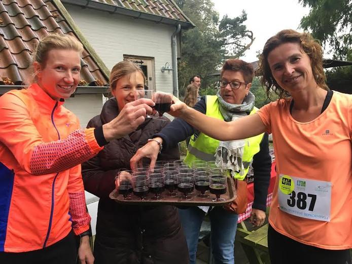 Een wijntje gaat er onderweg wel in bij de Oldenzaalse deelneemsters Laura Kotte-Vogelzang (rechts) en Dione Scheuten.
