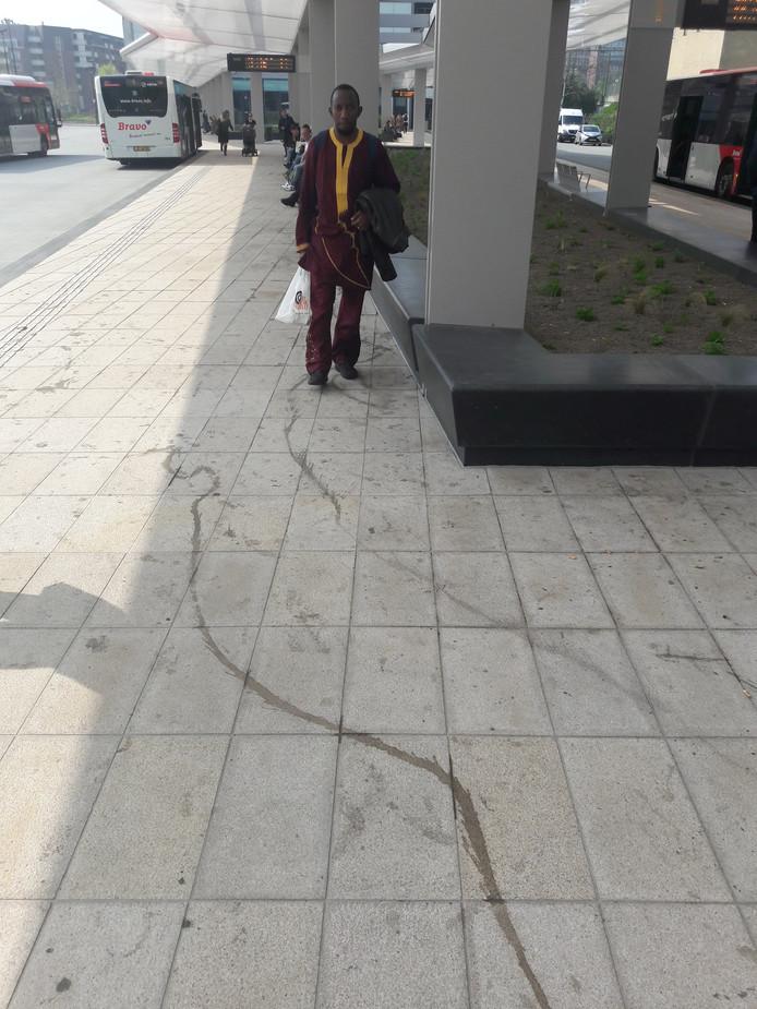 Binnen een maand is de vloer van Tilburgs nieuwe busstation al behoorlijk vies.