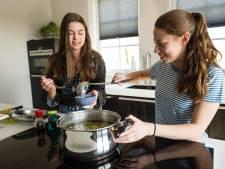 Haaksbergse meiden brengen soepje bij ouderen op het stoepje