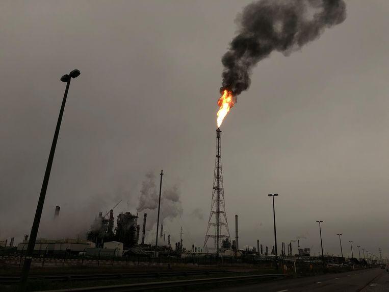 Na een technisch defect is er om veiligheidsredenen een gasaffakkeling bezig bij raffinaderij Total in de Antwerpse haven.