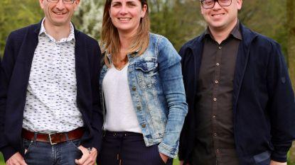 Drie leden van INZET verdelen twee oppositiestoeltjes